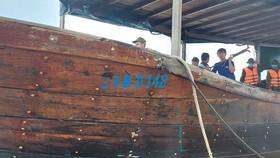 Tàu lạ có chữ Trung Quốc trôi dạt và mắc cạn ở vùng biển xã Triệu Vân (huyện Triệu Phong, tỉnh Quảng Trị)