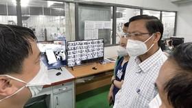 Chủ tịch UBND TPHCM Phan Văn Mãi thăm Trung tâm Hồi sức BV Trung ương  Huế đặt tại BV Dã chiến số 14. Ảnh: HOÀNG HÙNG