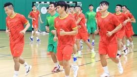 Đội tuyển futsal Việt Nam chỉ còn cách tấm vé dự World Cup 2021 một trận đấu. Ảnh: LFA