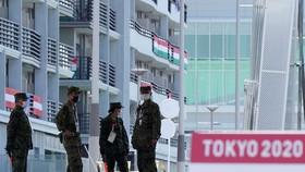 Cảnh sát tiến hành điều tra nhóm VĐV uống rượu trong làng Olympic đã vi phạm quy đình phòng chống dịch Covid-19. Ảnh: REUTERS
