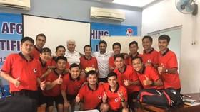 Giảng viên AFC Hossein Shams (áo trắng, bên trái) được xác nhận dương tính Covid-19