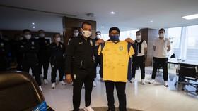 Chủ tịch Liên đoàn Bóng đá Brazil đến thăm, động viên đội tuyển futsal Brazil và hôm 17-9. Ảnh: CBF