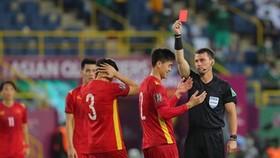 Duy Mạnh nhận thẻ đỏ ở phút 54
