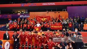Đội tuyển futsal Việt Nam chụp hình kỷ niệm với người hâm mộ sau khi chia tay Futsal World Cup 2021. Ảnh: GETTY