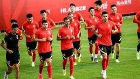 Các cầu thủ Trung Quốc chỉ ra sân tập luyện vào buổi tối, ban ngày ở trong khách sạn. Ảnh: SINA