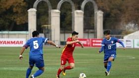 Các cầu thủ Đài Bắc Trung Hoa gây ra nhiều khó khăn cho U22 Việt Nam. Ảnh: NHẬT ĐOÀN