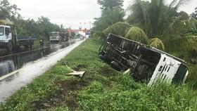 Hậu Giang: Xe tải lật nhào xuống ruộng