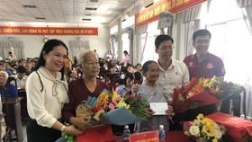 Đảng ủy Khối Dân – Chính – Đảng TPHCM  thăm và tặng quà cho người dân tại Hậu Giang
