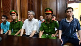 Xét xử VN Pharma ngày thứ hai: Bị cáo Phạm Văn Thông phải đi cấp cứu