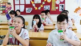 Học sinh uống sữa học đường của Vinamilk. Ảnh: VNM