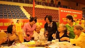 Lãnh đạo quận 1 dùng bữa cơm ngày cuối năm cùng người dân khó khăn