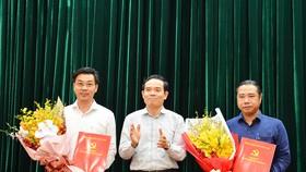 Đồng chí Trần Lưu Quang, Phó Bí thư Thường trực Thành ủy trao quyết định cho đồng chí Nguyễn Anh Tuấn (bên phải) và đồng chí Trần Anh Tuấn (bên trái). Ảnh: VIỆT DŨNG