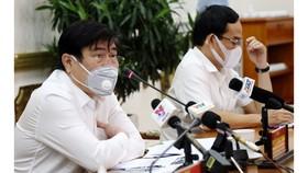 Chủ tịch UBND TPHCM Nguyễn Thành Phong chỉ đạo các giải pháp phòng chống dịch tại hội nghị. Ảnh: HMC