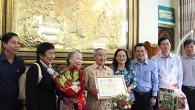 Đồng chí Nguyễn Thị Lệ thăm các cụ cao tuổi ở huyện Nhà Bè, quận 7