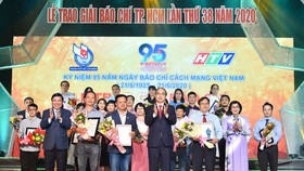 Bí thư Thành ủy TPHCM Nguyễn Thiện Nhân và Chủ tịch UBND TPHCM Nguyễn Thành Phong chúc mừng các tác giả đoạt giải Báo chí TPHCM lần thứ 38 - năm 2020. Ảnh: VIỆT DŨNG