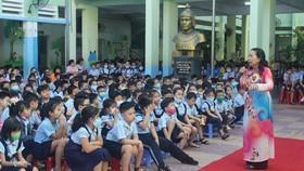 Luật sư Trần Thị Ngọc Nữ trò chuyện với học sinh Trường Tiểu học Nguyễn Huệ