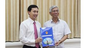 Đồng chí Võ Văn Hoan (phải) trao quyết định cho đồng chí Vũ Anh Khoa. Ảnh: M.HOA