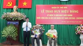 Chủ tịch UBND TPHCM Nguyễn Thành Phong trao Huy hiệu Đảng tại quận 9, Thủ Đức