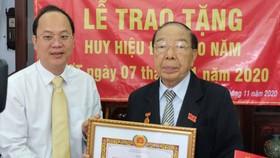 Phó Bí thư Thành ủy TPHCM Nguyễn Hồ Hải trao Huy hiệu Đảng cho đảng viên cao tuổi Đảng