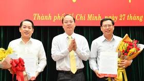 Phó Bí thư Thành ủy TPHCM Nguyễn Hồ Hải trao Quyết định cho 2 đồng chí  Kiều Ngọc Vũ và Trần Hữu Phước. Ảnh: VIỆT DŨNG
