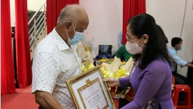 Đồng chí Nguyễn Thị Lệ trao huy hiệu đảng cho các đảng viên cao tuổi Đảng huyện Nhà Bè