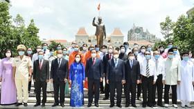 Chủ tịch nước Nguyễn Xuân Phúc dâng hương, dâng hoa tưởng nhớ Chủ tịch Hồ Chí Minh tại thành phố mang tên Bác