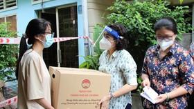 Lãnh đạo TPHCM thăm hỏi, tặng quà công nhân lao động khó khăn ở quận 5