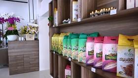 Sản phẩm gạo của Cỏ May được giới thiệu tại văn phòng ở TPHCM