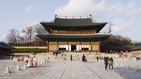 Du khách tham quan cung điện Gyeongbok được xây dựng năm 1395, ở Seoul, Hàn Quốc. Ảnh: M.H