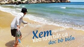 Xem ngư dân kéo lưới bắt cá dọc bờ biển