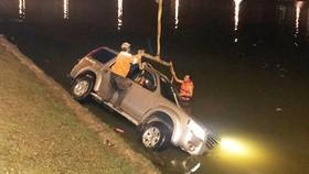 Xe hơi chở 5 người lao xuống hồ Xuân Hương trong đêm