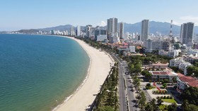 Từ ngày mai 16-10, người dân Nha Trang  được tắm biển trở lại. Ảnh: QUỲNH ANH