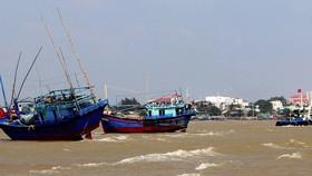 """Đơn vị chức năng đang huy động lực lượng để """"giải cứu"""" 2 con tàu đang mắc cạn tại cửa biển Diễn Đà (TP. Tuy Hòa, Phú Yên)"""