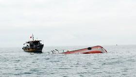 Tàu hàng tông chìm tàu cá rồi bỏ mặc 15 ngư dân lênh đênh trên biển
