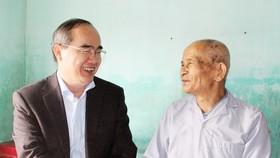 Bí thư Thành ủy TPHCM thăm, chúc Tết tặng quà cho người nghèo, nạn nhân da cam tại Phú Yên