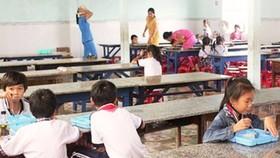 """Thu """"khống"""" trên 130 triệu đồng tiền ăn của học sinh, hiệu trưởng bị kiểm điểm rút kinh nghiệm"""
