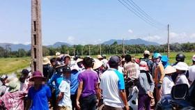 Người dân chặn giữ 2 xe công vụ đòi đối thoại về dự án điện mặt trời