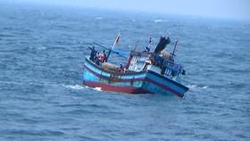 Cứu hộ kịp thời 4 ngư dân trên tàu cá sắp chìm