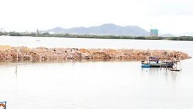Doanh nghiệp ngang nhiên đổ đất, đá... lấp đầm Thị Nại bị phạt 300 triệu đồng