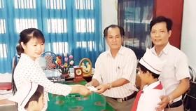 Hai học sinh lớp 3 nhặt được 6 chỉ vàng đem nộp cho công an