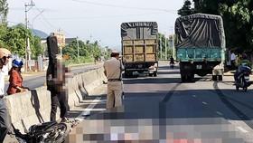 Hiện trường vụ tai nạn giao thông nghiêm trọng khiến 2 người bị xe tải cản tử vong tại xã Mỹ Lộc.