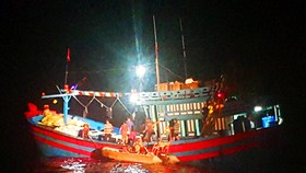 Xuyên đêm cứu ngư dân bị đứt gân chân ở vùng biển Hoàng Sa
