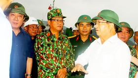Phó Thủ tướng Trịnh Đình Dũng kiểm tra, chỉ đạo việc ứng phó bão số 6 tại tỉnh Bình Định. Ảnh: NGỌC OAI