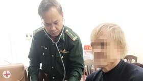 Cán bộ BĐBP tỉnh Bình Định chăm sóc sức khỏe cho ông DR. Mchael Haas
