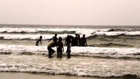 Ba du khách chết đuối ở bãi biển Ghềnh Ráng