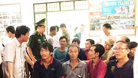Ứng cứu 14 ngư dân gặp nạn khi vượt sóng đi cứu tàu chìm ở Bình Định
