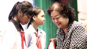 Trao học bổng Vừ A Dính cho học sinh nghèo vượt khó học giỏi