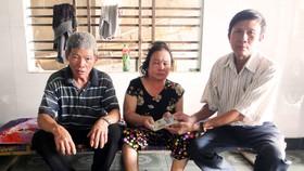 Trao tiền bạn đọc Báo SGGP hỗ trợ vợ chồng già hái dừa thuê