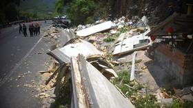 Xe tải tông vào vách núi, 2 người tử vong tại chỗ