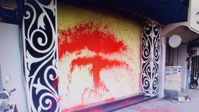 Một gia đình bị nhóm chuyên đòi nợ tạt sơn, tạt chất bẩn vào nhà trước đó